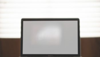 apple-desk-laptop-macbook