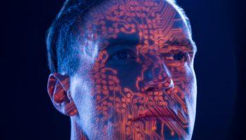 ein Roboter oder Ingenieur symbolisiert durch eine Computer Platine im Gesicht